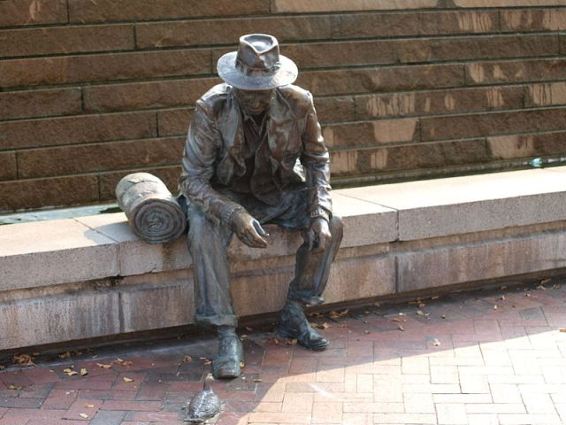 800px-Statue_of_hobo_at_Underground_Atlanta